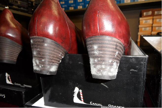 鞋子发霉了怎么办?高跟鞋防霉的三个步骤-抗菌剂/防霉剂/干燥剂/防霉片厂家批发